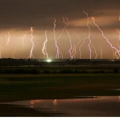 摄影师拍摄多组闪电瞬间照片